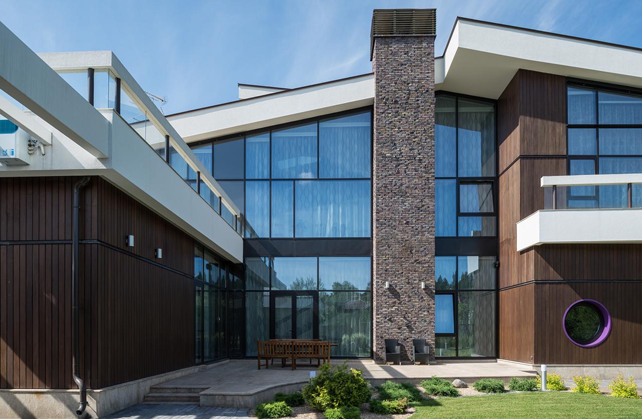 Красивые фасады частных домов фото из стекла