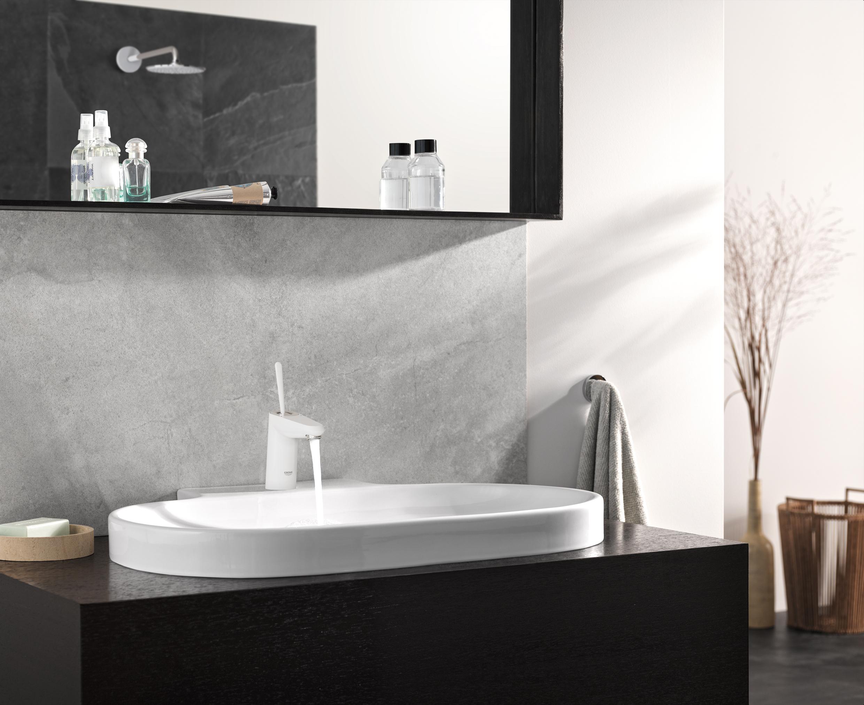 Minimalistische moderne badkamer met grote tegels niemand binnen