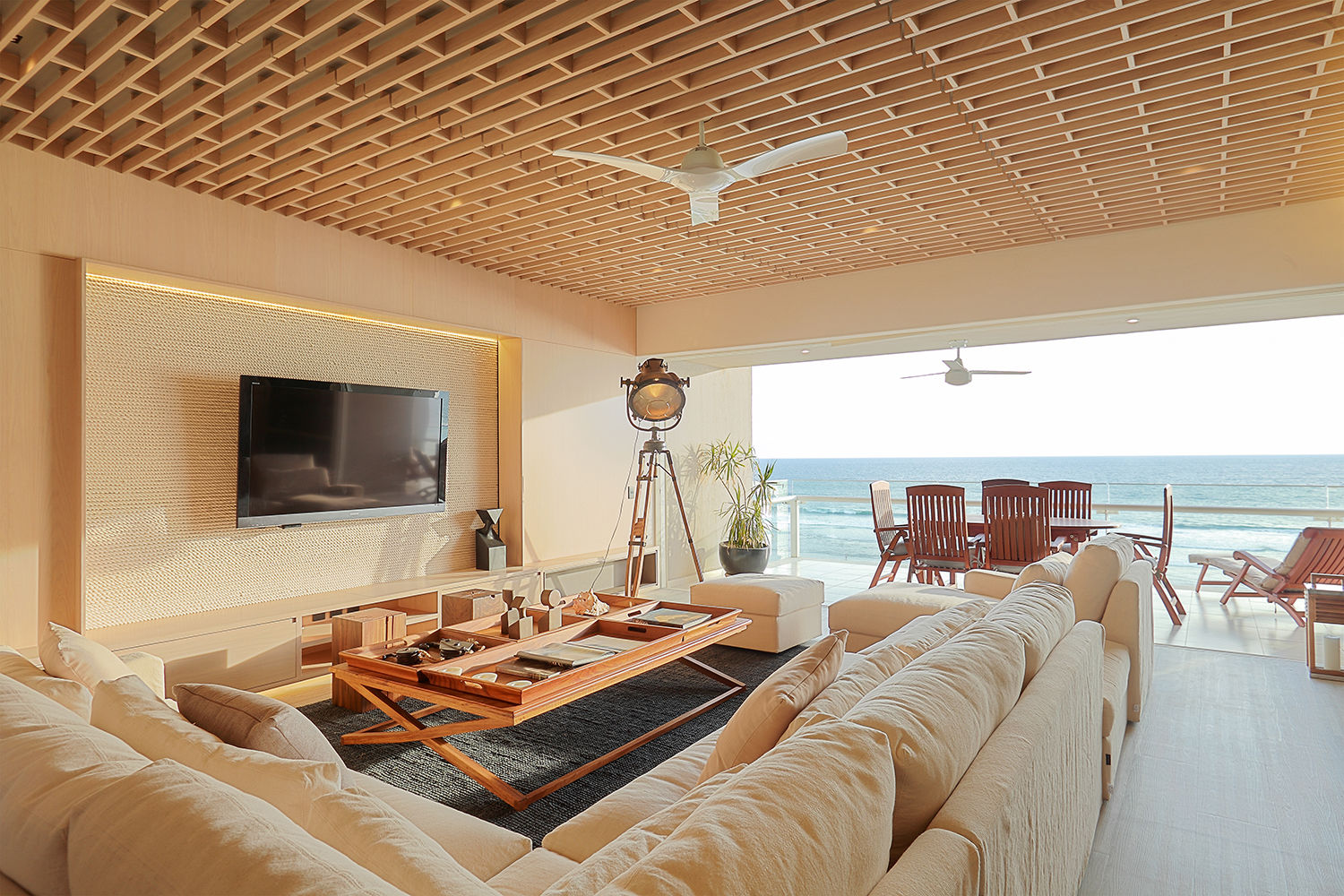 The predominant element of the intervention is a lattice that covers the entire living room ceiling, creating a canopy sensation that opens towards the ocean.