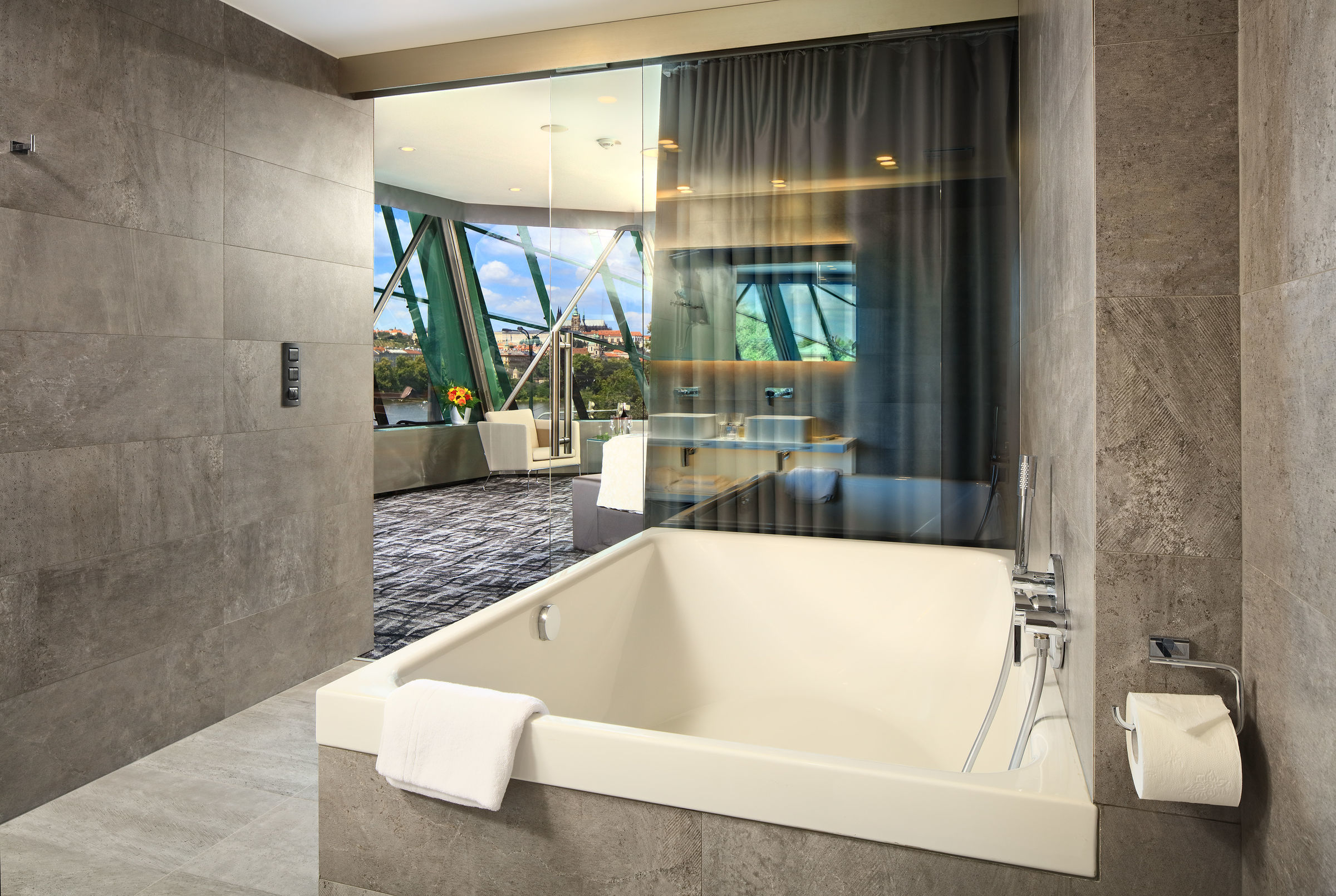 This bathroom is equipped with a wall-mounted Lineare OHM trimset basin two-hole mixer. It also sports the Rainshower Icon hand shower and the Skate Cosmopolitan: the solution for a clean and fresh WC at the push of a button.