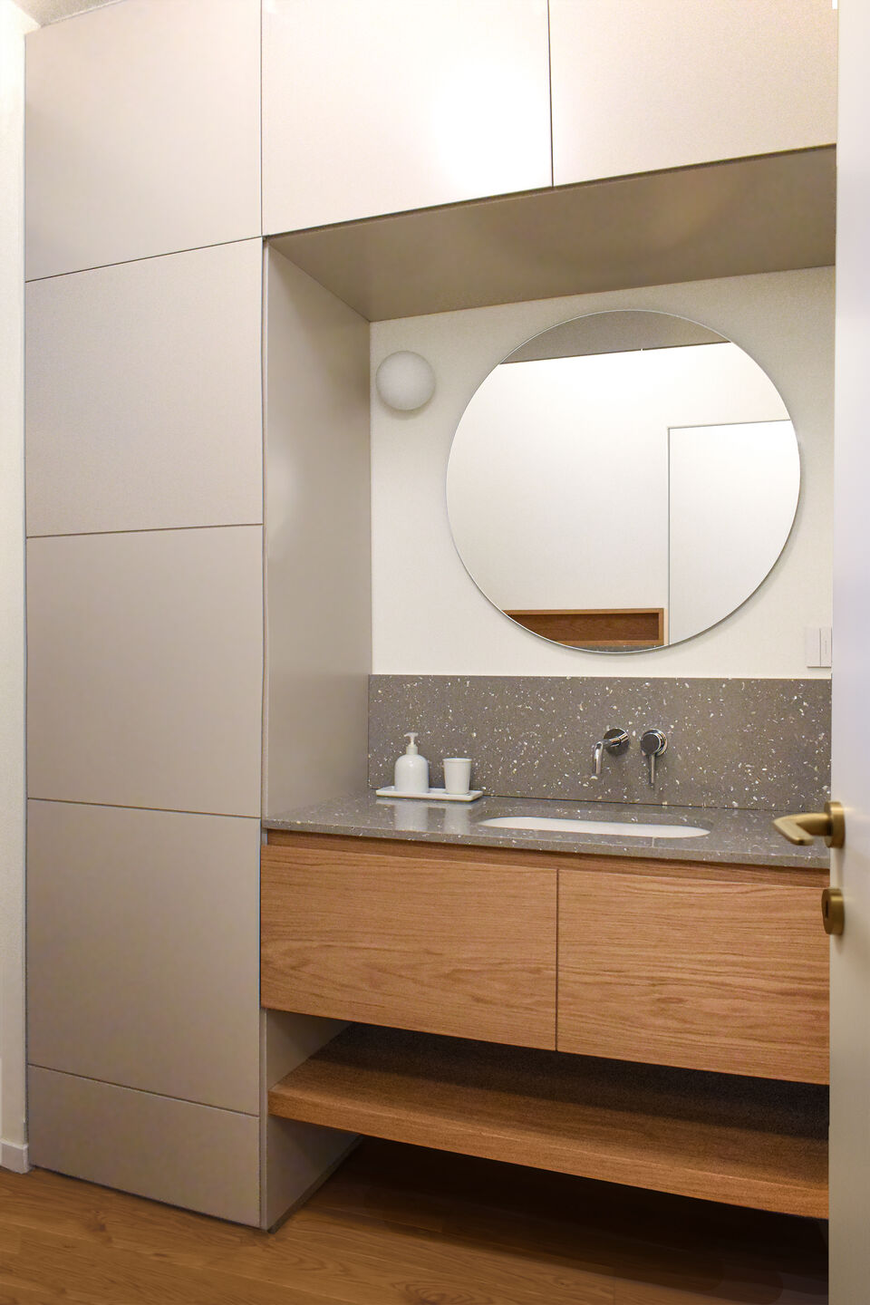 a guest bathroom with storage functions. The renovation took advantage of the maximum available space thanks to the bespoke furniture