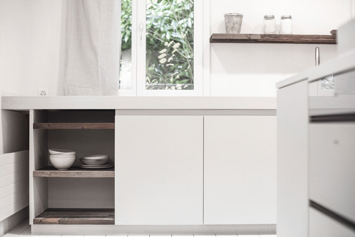 The white colour gives the concrete kitchen a certain lightness